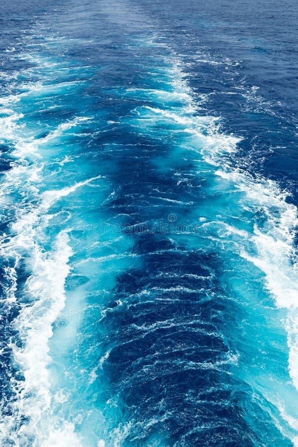 苏醒的垂直的图象在海的 免版税库存照片