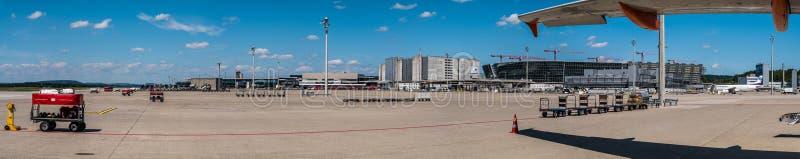 苏黎世机场-空的围裙和主要机场主楼和跑道-全景 免版税库存图片