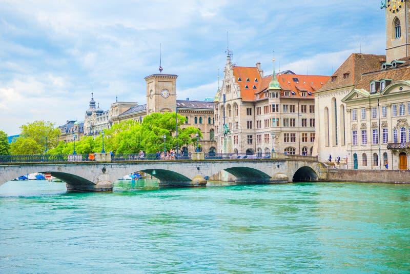苏黎世的历史的市中心的看法有著名Fraumunster教会和河的利马特河,瑞士 免版税库存照片