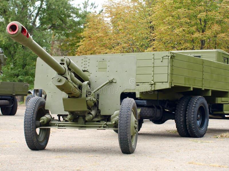 苏维埃76mm大炮gan ZiS3和军车ZiS5, (乌拉尔) 库存照片