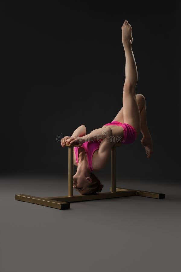 苗条地摆在特别立场的俏丽的体操运动员 图库摄影