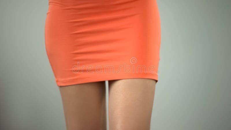 苗条妇女腿关闭,反脂肪团按摩,去壳的结果 库存图片