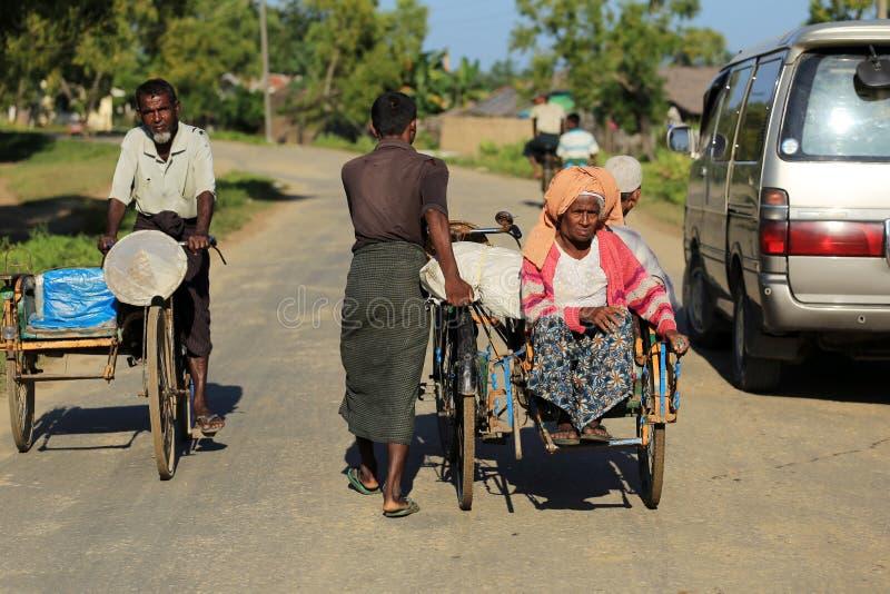 若开邦,缅甸- 11月05 :数百穆斯林Rohingya在Myanm遭受在过度拥挤的阵营的严厉营养不良 图库摄影