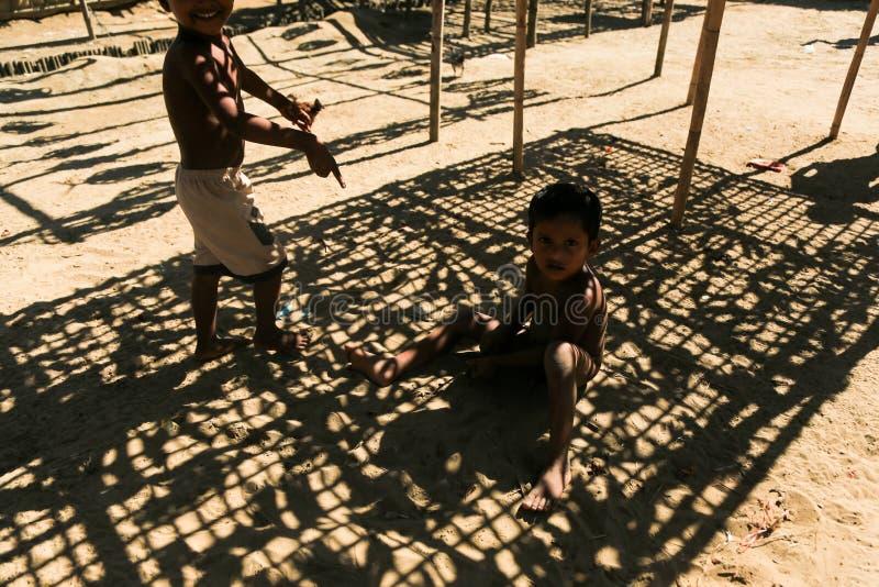 若开邦,缅甸- 11月05 :数百穆斯林Rohingya在Myanm遭受在过度拥挤的阵营的严厉营养不良 免版税库存图片