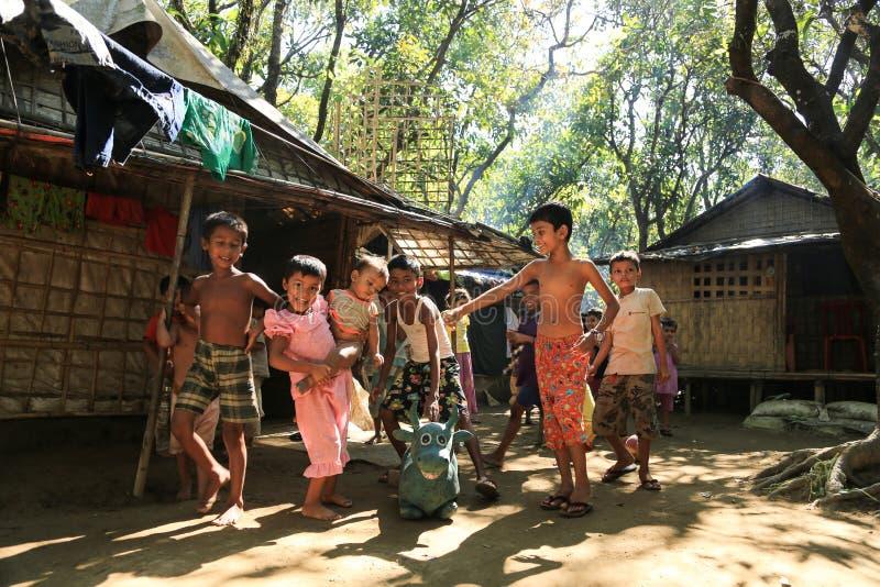 若开邦,缅甸- 11月05 :数百穆斯林Rohingya遭受在过度拥挤的阵营的严厉营养不良 免版税库存图片