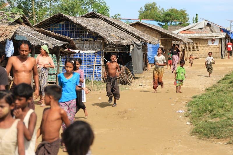 若开邦,缅甸- 11月05 :数百穆斯林Rohingya遭受在过度拥挤的阵营的严厉营养不良 库存照片