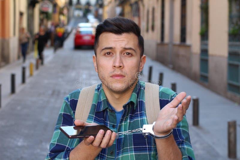 苦干到他自己的手机 免版税库存照片