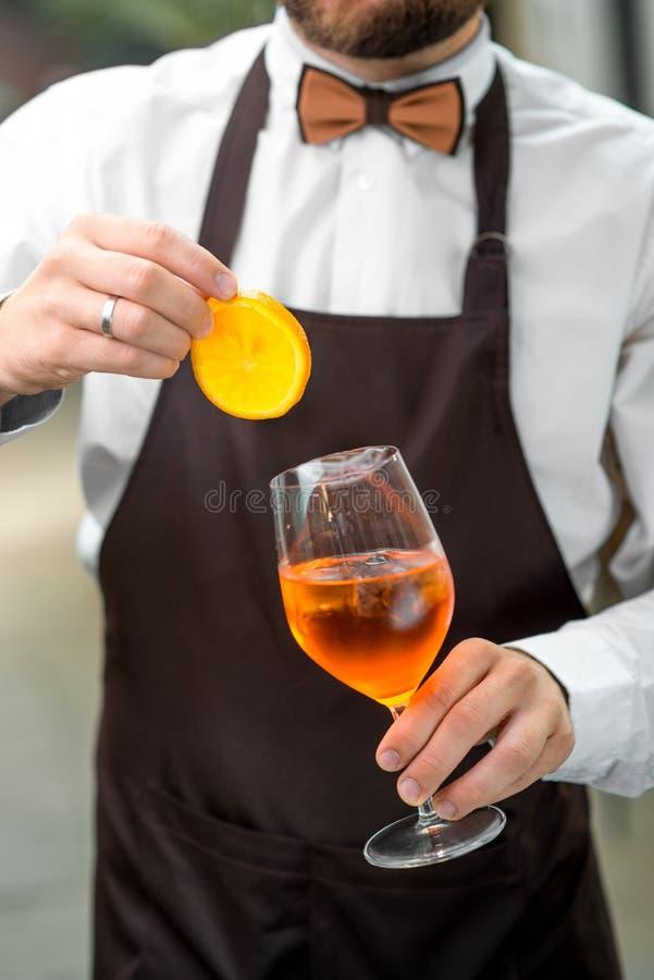 苦艾男服务员做数的鸡尾酒杯 免版税库存照片