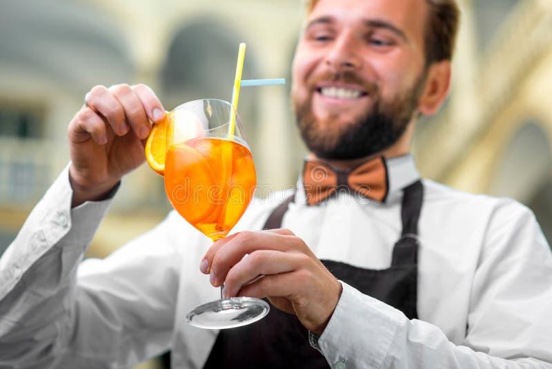 苦艾男服务员做数的鸡尾酒杯 免版税库存图片