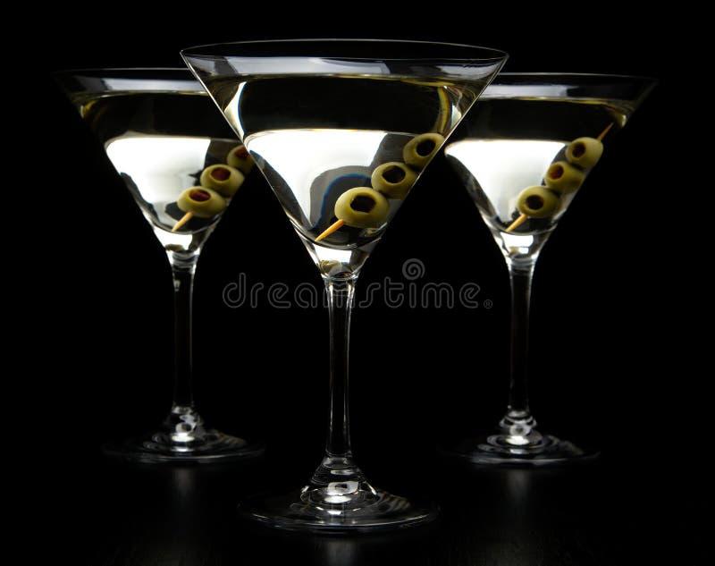 苦艾酒马蒂尼鸡尾酒饮料用在黑色隔绝的橄榄 免版税图库摄影