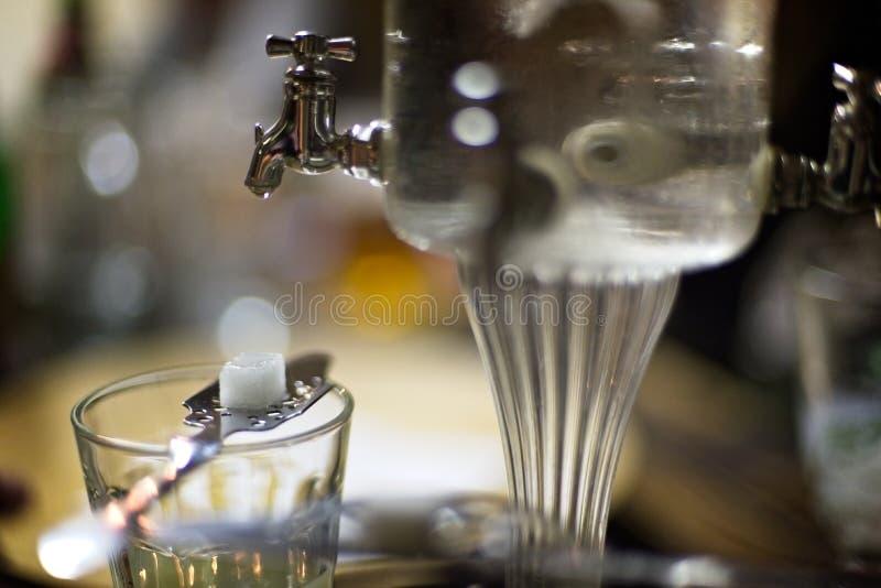 苦艾酒玻璃和喷泉 库存图片