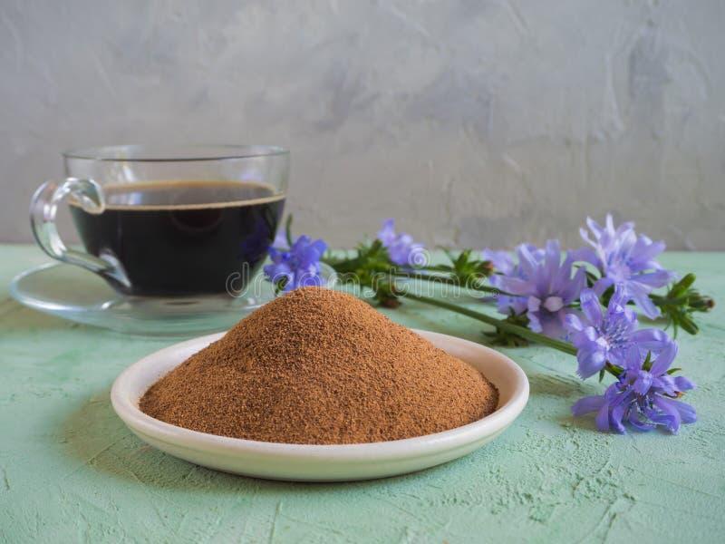 苦苣生茯咖啡 传统咖啡的一个替补,从苦苣生茯根的一份草本饮料  库存照片