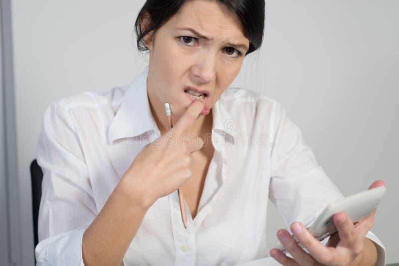 苦苦思索困惑的妇女 免版税库存图片