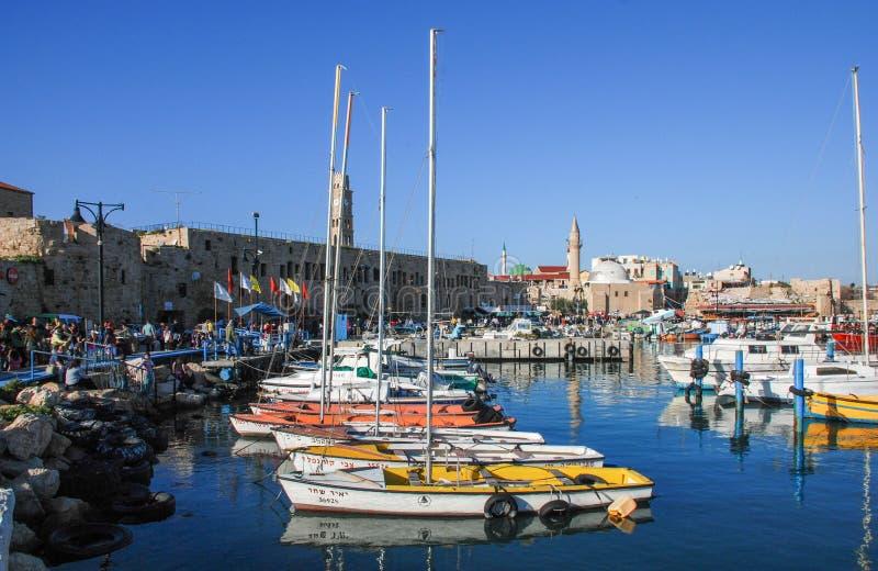 英亩口岸,以色列 小船清真寺和老城市在背景中 免版税库存照片