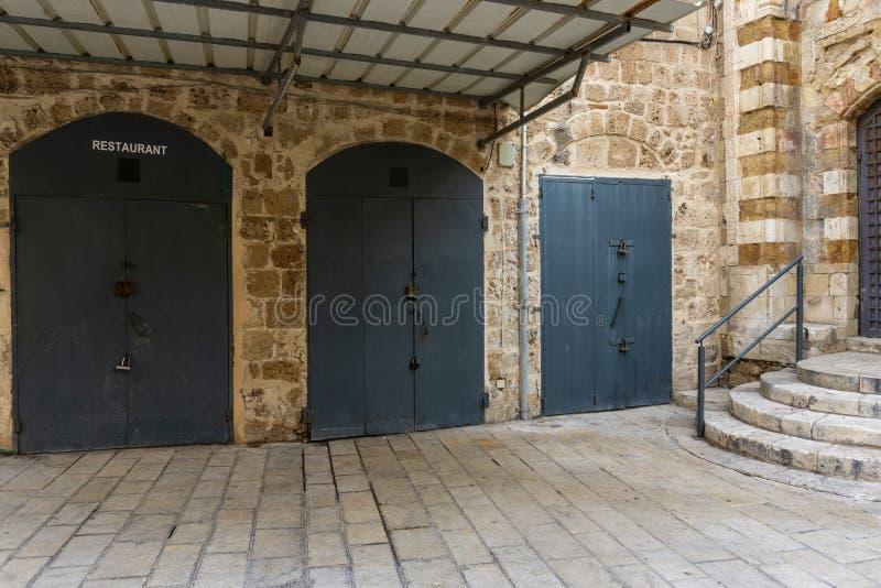 英亩,以色列- 2018年4月3日:在英亩的老部分的狭窄的街道上的古色古香的门 库存图片