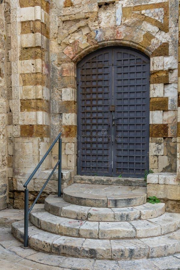 英亩,以色列- 2018年4月3日:在英亩的老部分的狭窄的街道上的古色古香的门 免版税图库摄影