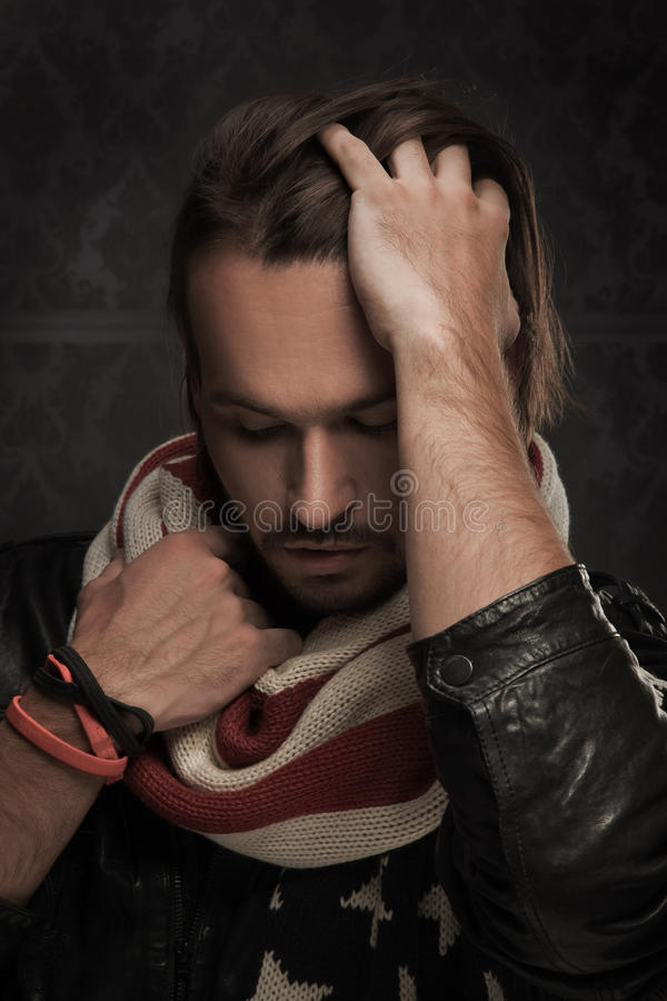英俊人围巾佩带 库存照片