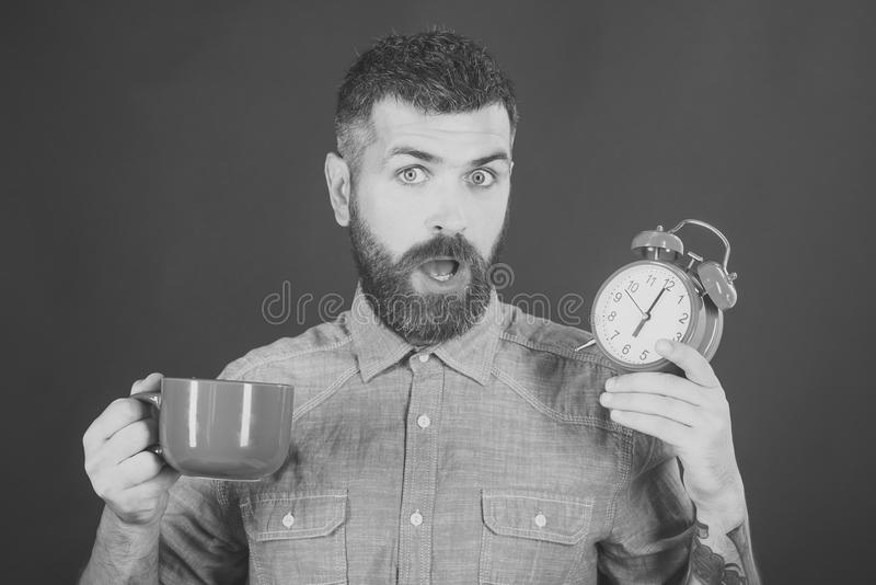 英俊人的面孔 有牛奶杯子的,时间行家 免版税库存照片