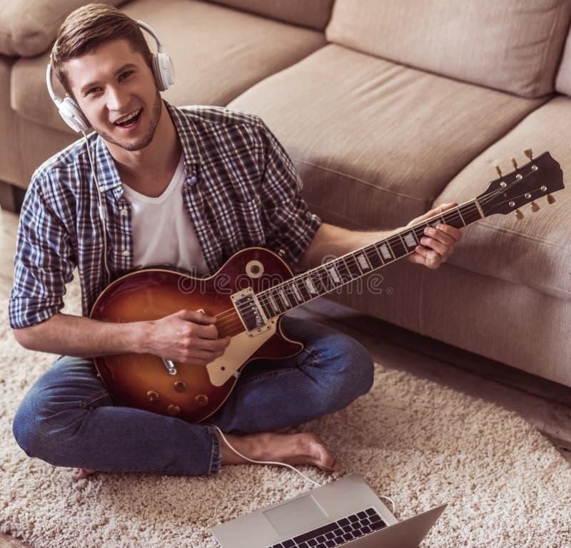 英俊吉他的人 库存图片