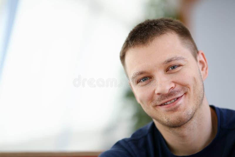 英俊和微笑的男性面孔特写镜头画象 免版税库存照片