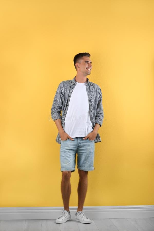 英俊年轻人微笑 免版税图库摄影