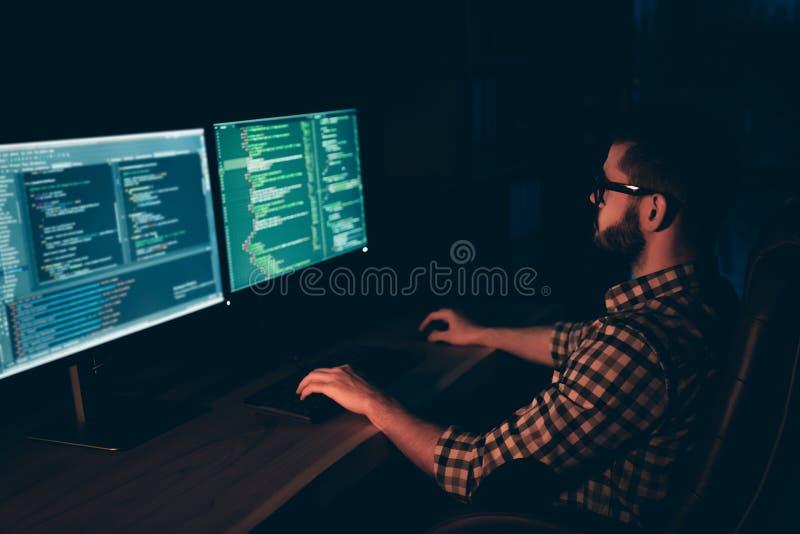 英俊旁边的简历照片的关闭他他他的人编码人键入的键盘发展外包处理语言的IT 库存图片