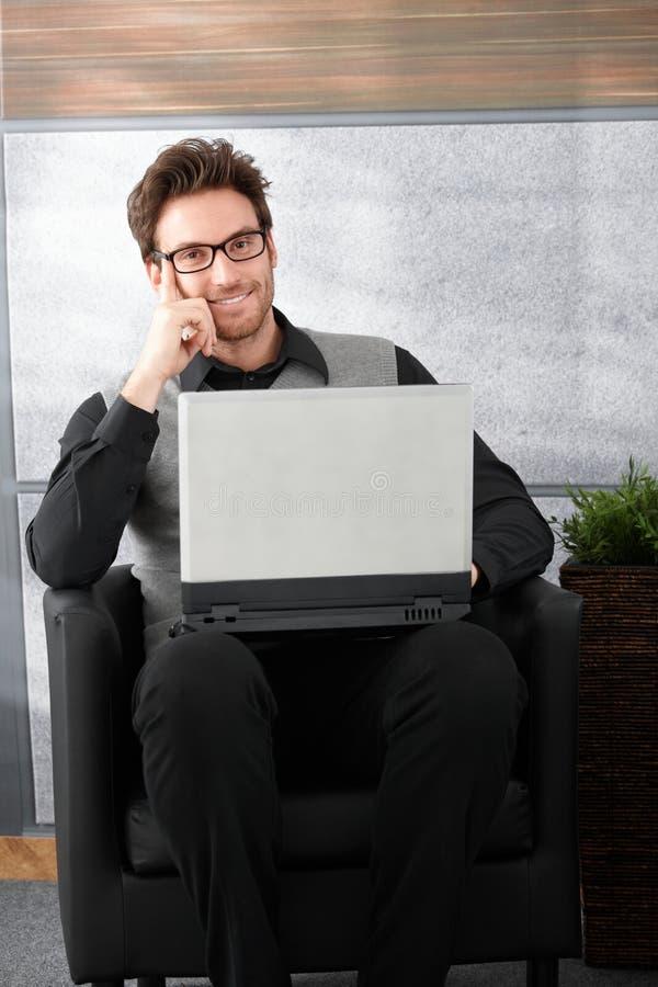 英俊生意人微笑 免版税库存图片