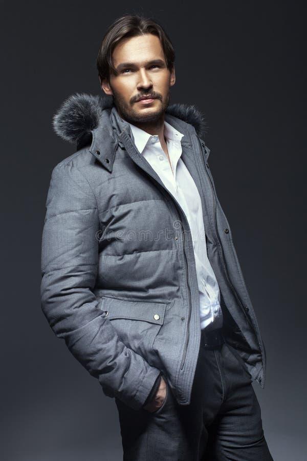 英俊的人佩带的冬天夹克 库存图片