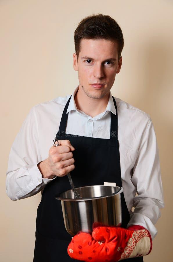 英俊的人在厨房里 免版税图库摄影