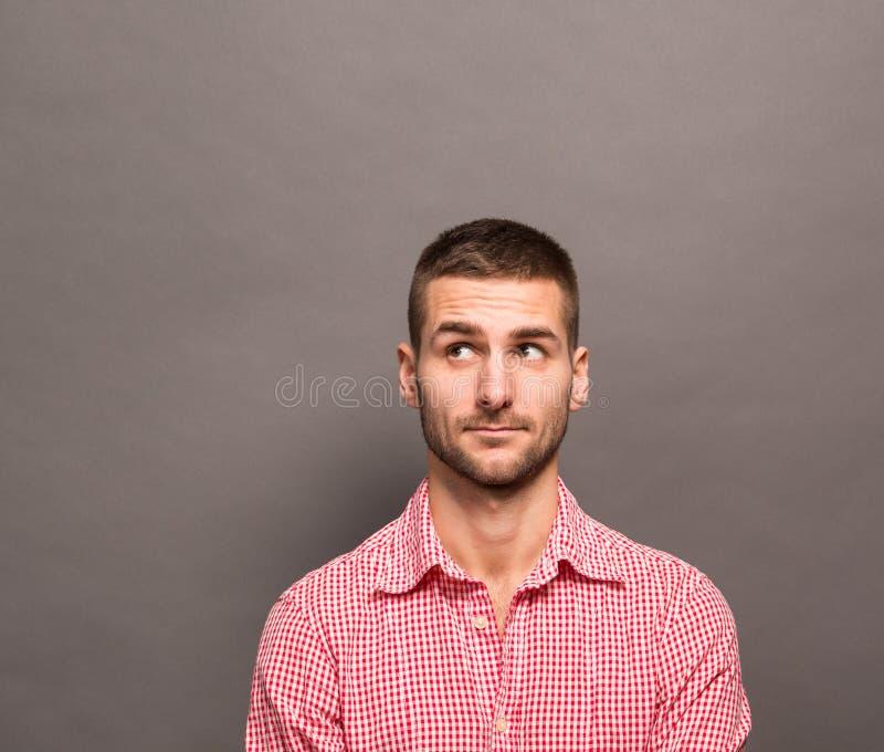 英俊的人在工作室 免版税库存照片