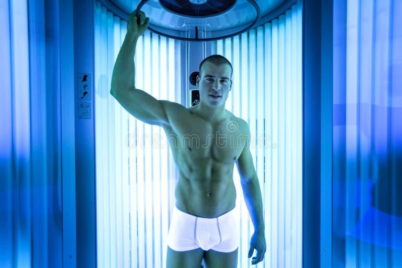 英俊的人在日光浴室 免版税库存照片