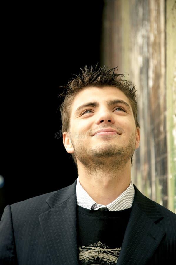 英俊的人微笑的年轻人 免版税库存照片