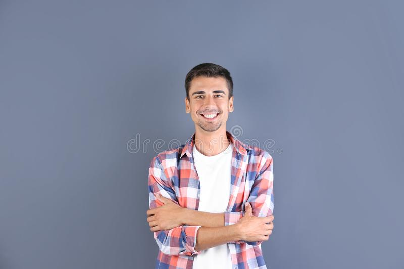 英俊的人纵向微笑的年轻人 库存照片