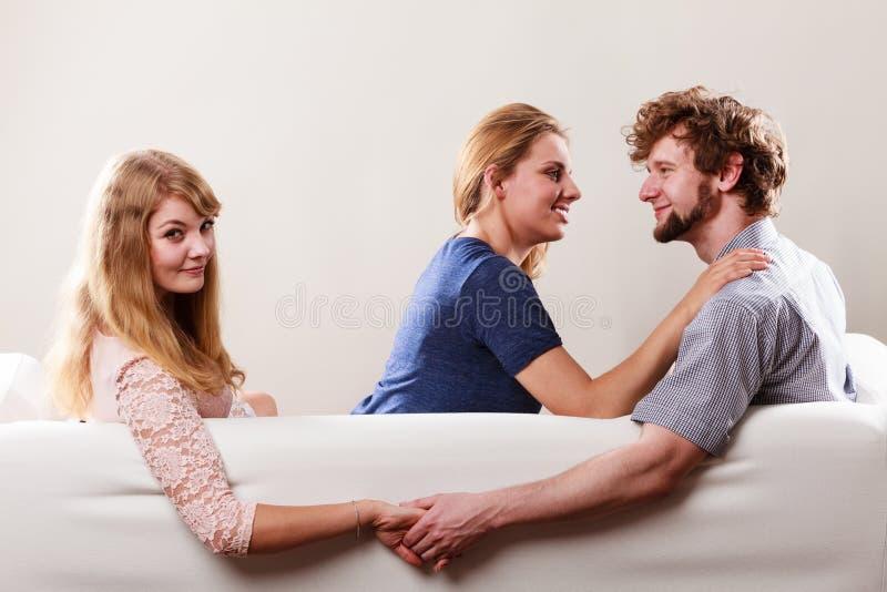 英俊的人被背叛的妇女 免版税库存图片