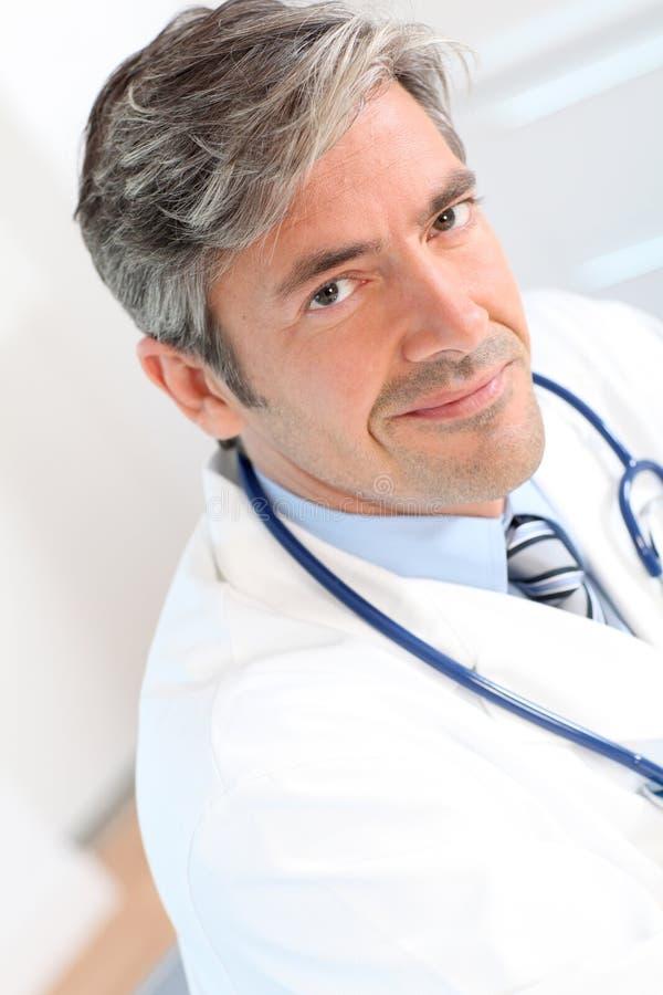 英俊的医生纵向  库存图片