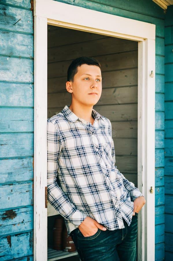 英俊的十几岁的男孩室外画象  免版税库存图片