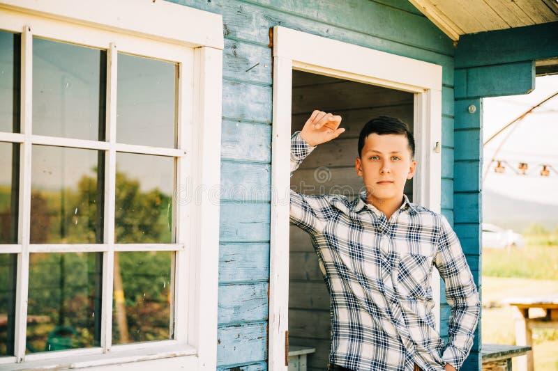 英俊的十几岁的男孩室外画象  库存图片