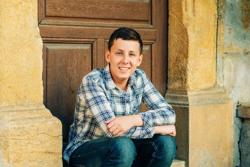 英俊的十几岁的男孩室外画象  免版税库存照片