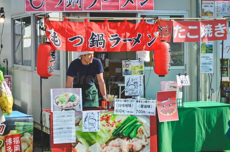 英俊的卖主在日本市场上 免版税库存图片
