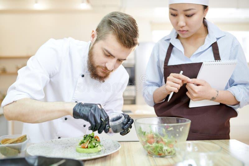 英俊的厨师镀层盘 库存照片