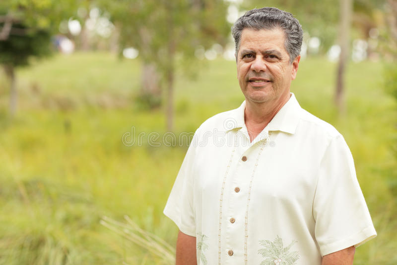 英俊的古巴人在一个热带公园 免版税库存图片
