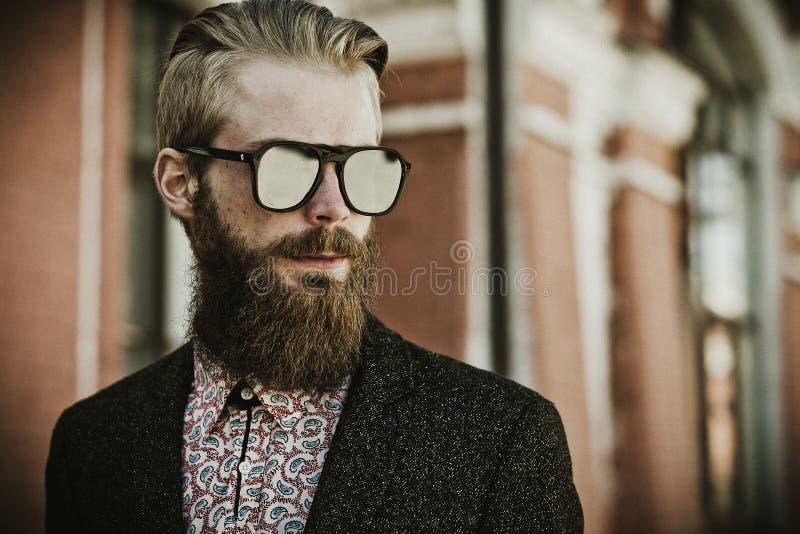 年轻英俊的可爱的有胡子的式样人 免版税库存图片
