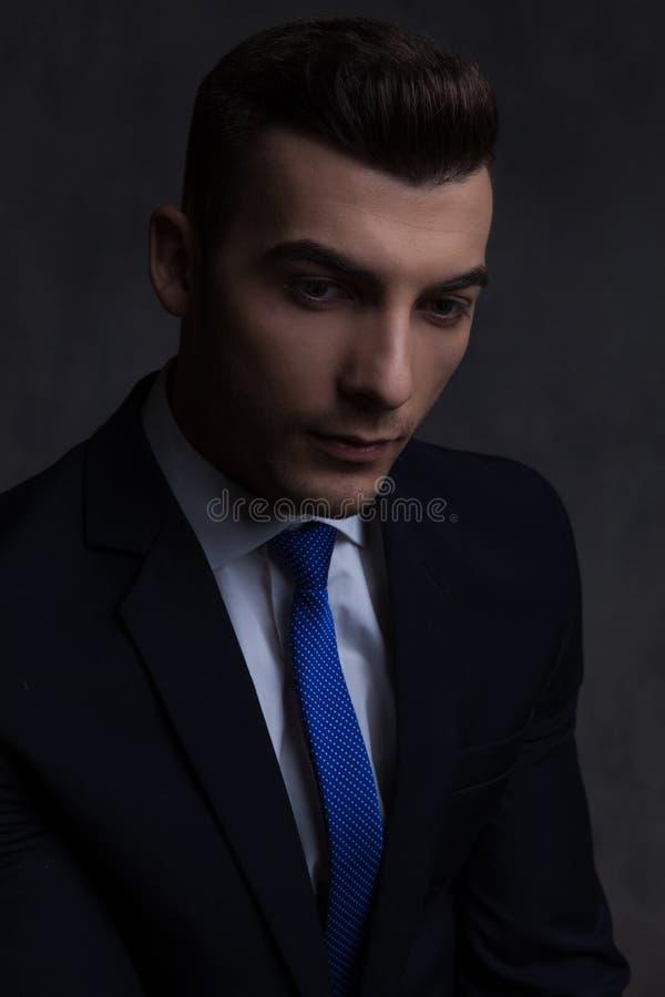 英俊的商人佩带的海军衣服和蓝色领带画象  免版税图库摄影