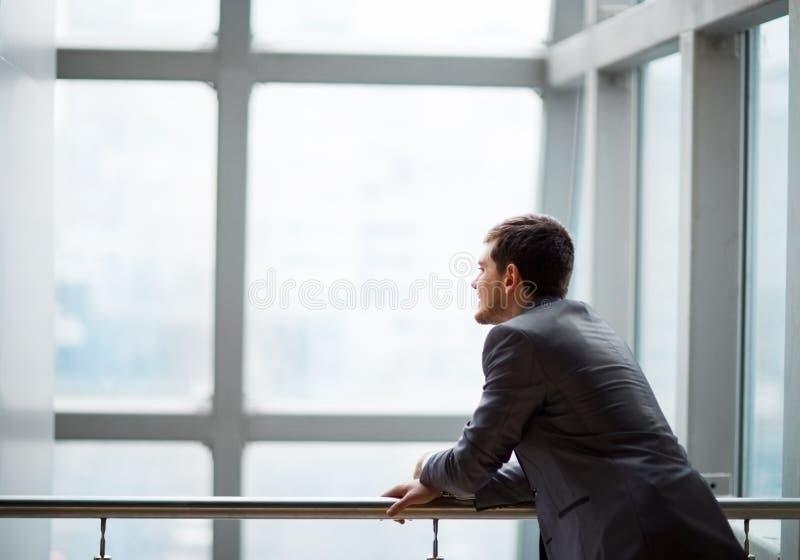 英俊的商人在办公室 图库摄影