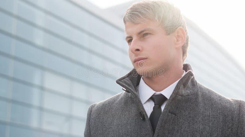 英俊的商人在城市 典雅的年轻英俊的事务 库存照片