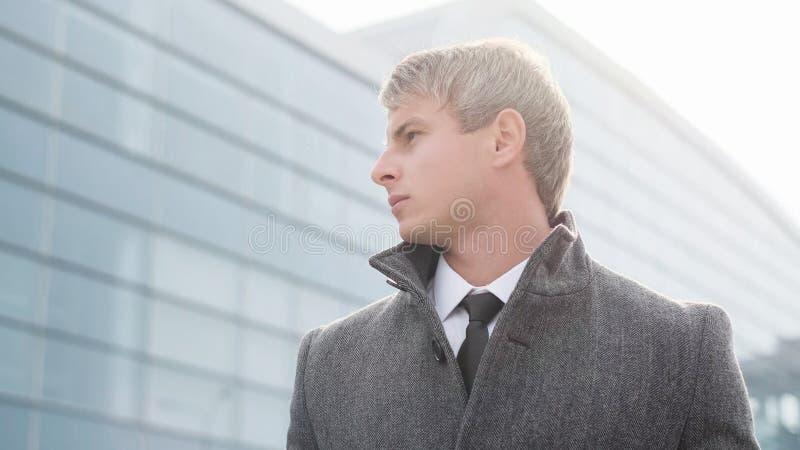 英俊的商人在城市 典雅的年轻英俊的事务 库存图片