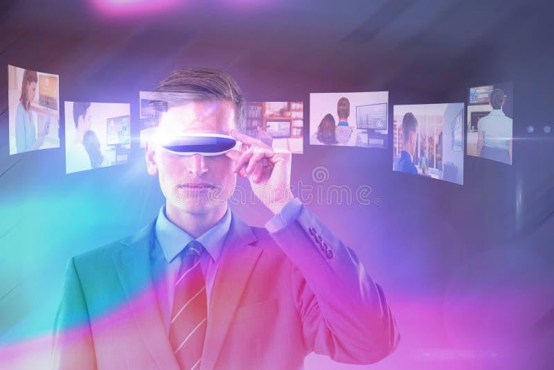 英俊的商人虚拟现实玻璃的综合图象 图库摄影