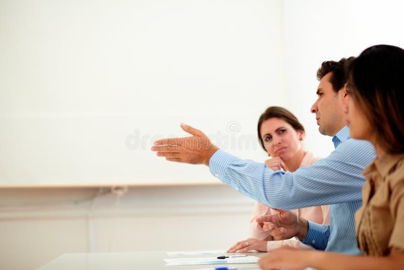 英俊的商人谈话在会议期间 库存照片