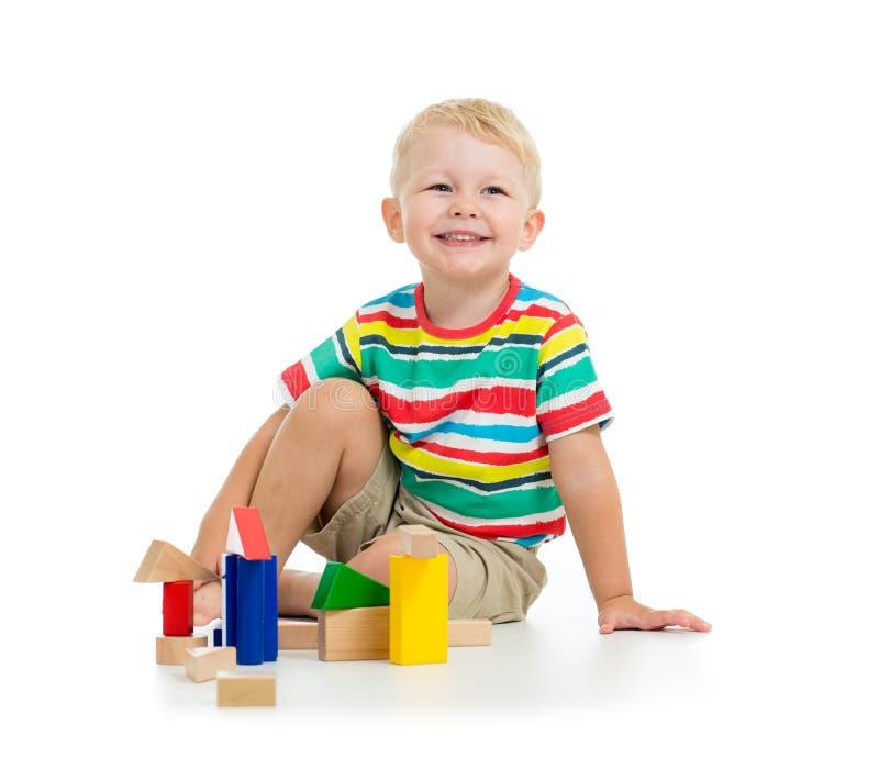 英俊的孩子男孩微笑和戏剧与colrful块 库存照片
