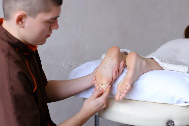 女子推油经历_英俊的实践的男按摩师揉女性客户的脚,锂